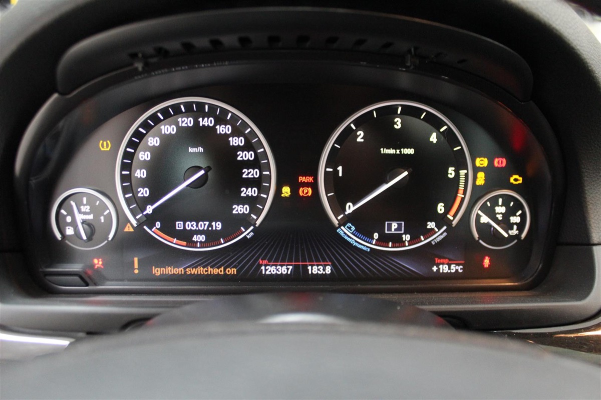 BMW_6WBA_kombiinstrument.2Large.JPG